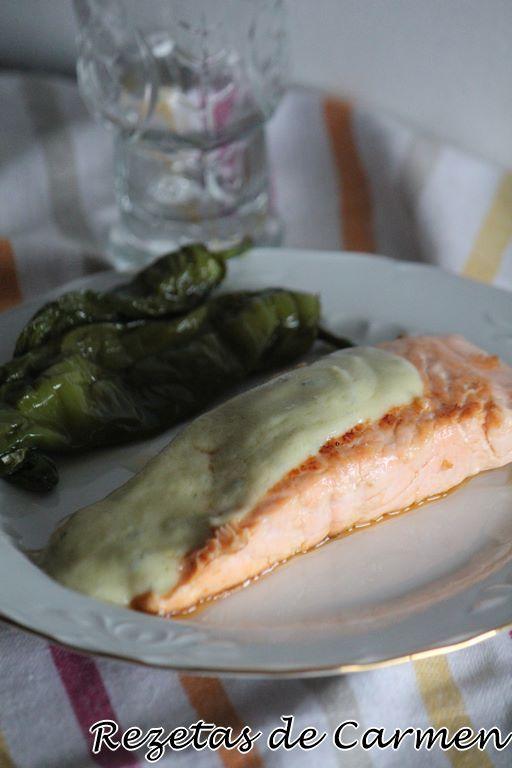 Salmón con salsa de roquefort