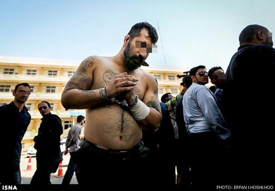 Este hombre fue denunciado y es castigado en público por llevar tatuajes