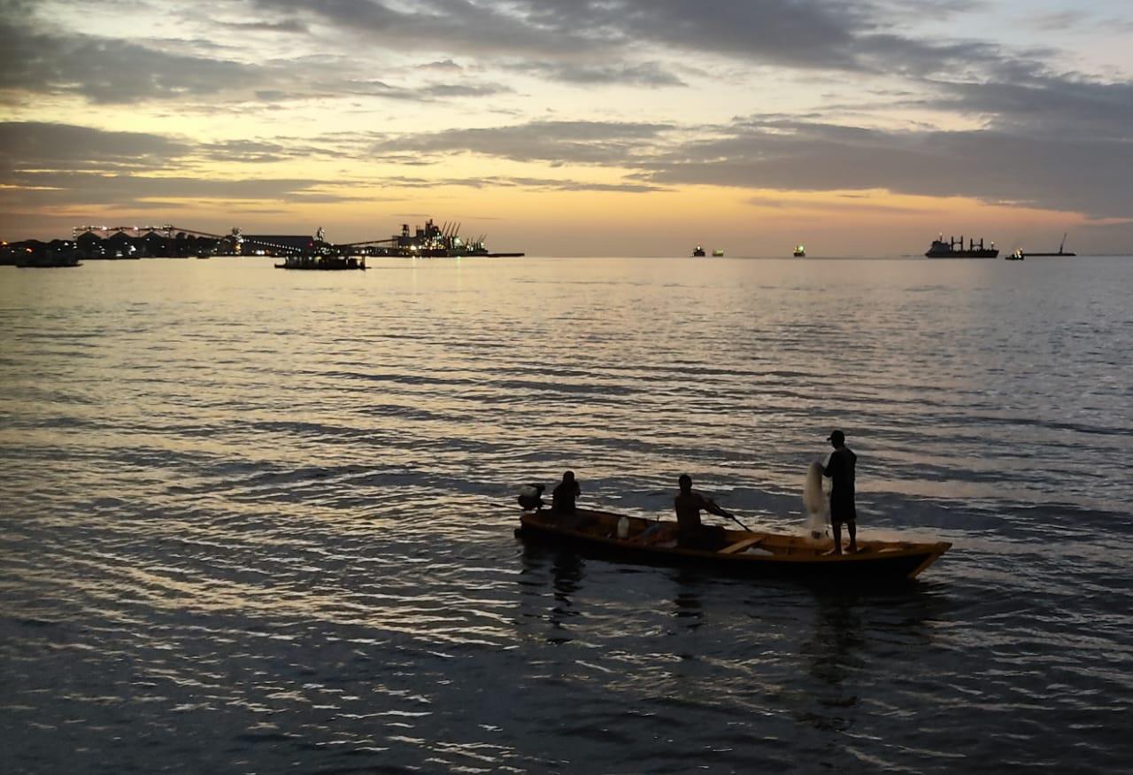Pescadores no entardecer do rio Tapajós, em Santarém; registro de David Yoshii