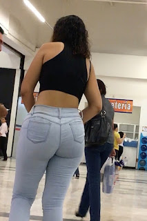 Hermosa mujer caderas redondas pantalones pegados