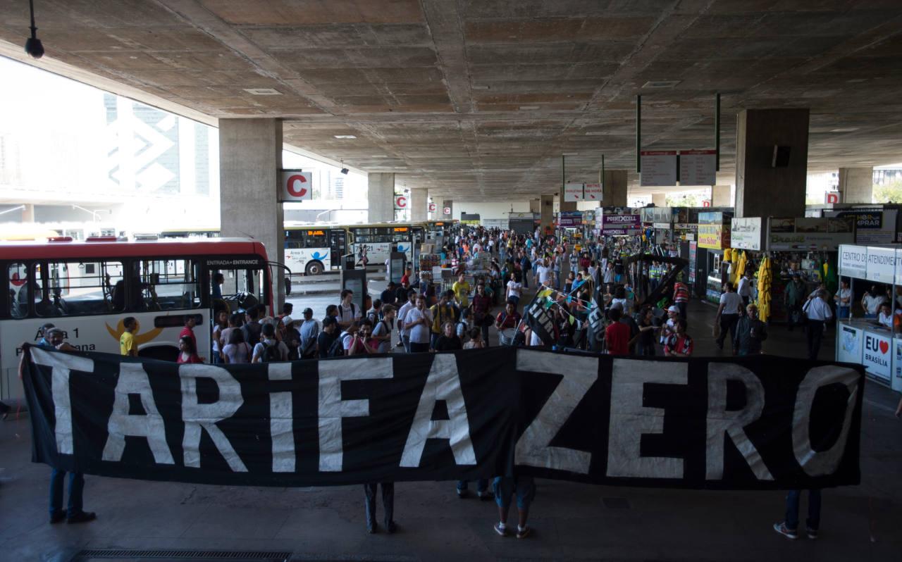 Manifestantes fazem protesto e dançam quadrilha na rodoviária de Brasília por tarifa zero no transporte público (Marcelo Camargo/Agência Brasil)