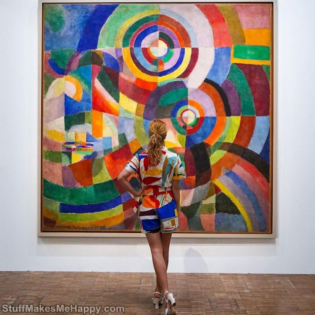 She Matches Her Clothes With Paintings To Show Us Works