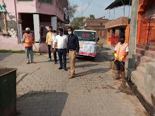 जौनपुर : अधिशासी अधिकारी स्वयं सफाई कर्मचारियों के साथ पूरे नगर को सेनेटाइज करने में जुटे