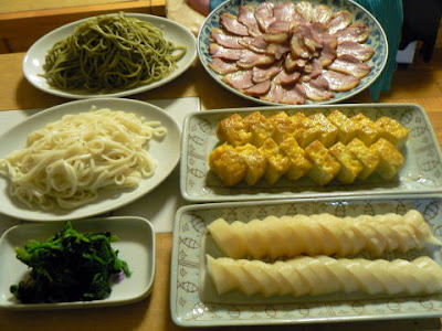 夕食の献立 献立レシピ 飽きない献立 冷たい蕎麦うどん 鴨ロース 玉子焼き 沢庵にホウレン草