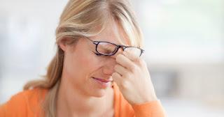 o femeie care se șterge la ochi - clișeele de astăzi - imagine preluată de pe chritianheadlines.com