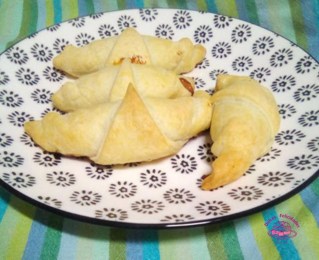 Croissant rellenos de queso de cabra y mermelada de pimientos rojos