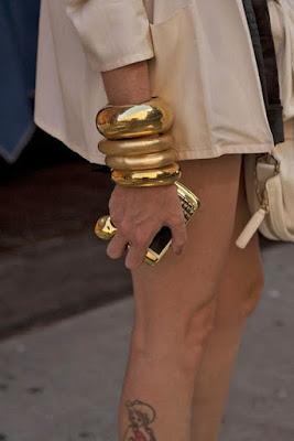 Acessórios dourados são hit na moda verão