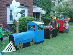 tren Thomas hecho con cajas de cartón reciclado