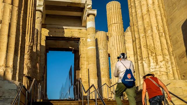 Νέα «επιτελικό» αλαλούμ με τον τουρισμό: Ο ένας υπουργός διαψεύδει τον άλλο