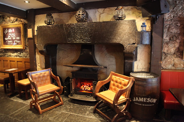 Chimenea del siglo XVII en el pub The KingThe Kings Head (Galway) (Irlanda) (@mibaulviajero)