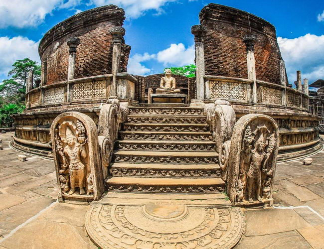 Xvlor Polonnaruwa is the ruins of city built by King Vijayabahu I