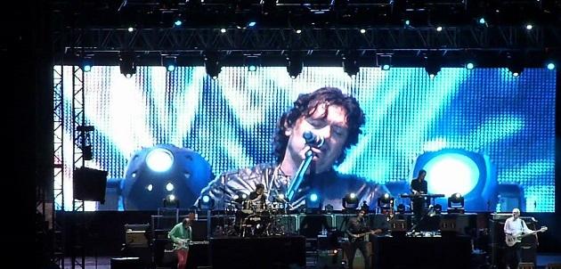 Escenario con pantalla gigante Muestra a integrantes de Caifanes en concierto