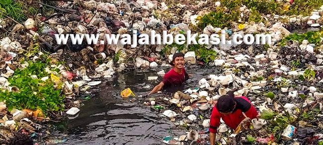 Gotong Royong Membersihkan Aliran Sungai Pulo Timaha Babelan Kota