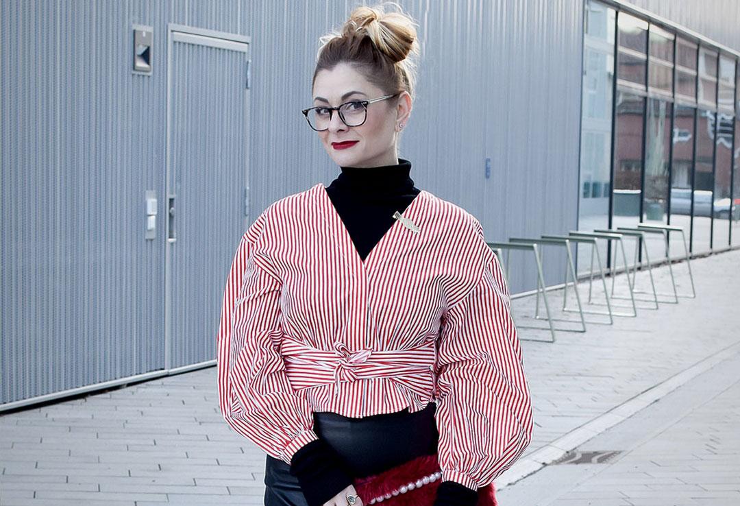 Outfit mit Bleistiftrock aus Leder, schwarzer Lederrock, Sekretärinnen Look