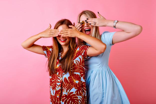 Nostaljik İnsanlar Aşk Yaz Kadın moda Öğrenci Mutlu Duvar Renkli Çift Makyaj Arkadaşlar Eğlence Komik Dostluk Arkadaş Gençlik Kentsel Kadın Birlikte Genç erkekler Güzel Vesika Cazibe Çılgın Korkak Fantezi Stil ile Gündelik Ganimet Kız kardeşler Vogue Kız arkadaş Kızın Zevk aldım