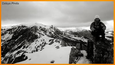 Foto cimera en la cumbre del Mostayal con nieve