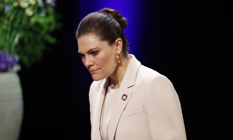 Crown Princess Victoria wore new beige natural jane blazer and kamille trousers from Andiata, and wore gold earrings from Sophie by Sophie