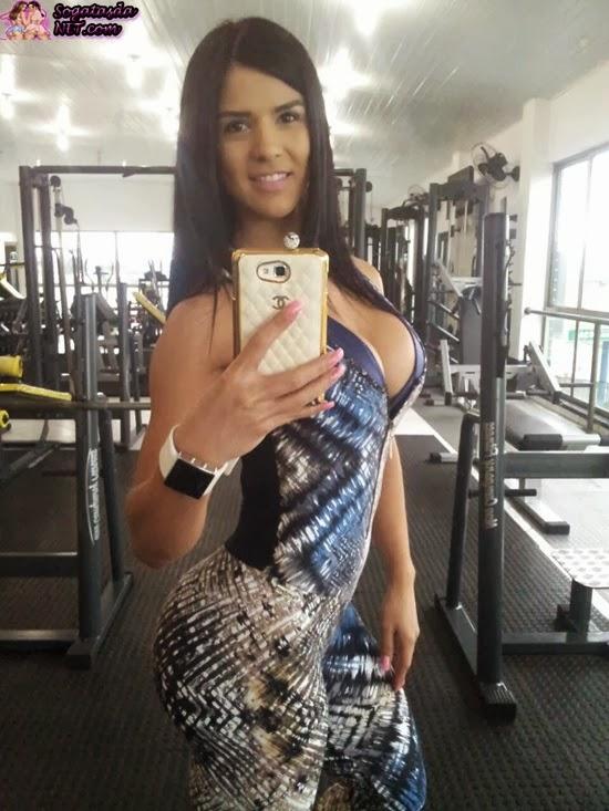 Eva Andressa  de macacão fitness