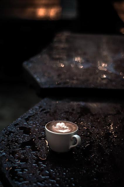 gambar kopi hitam di malam hari