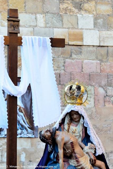 Nuestra Señora del Mercado saliendo de su iglesia en la Calle Herreros el Viernes de Dolores. Foto G. Márquez.