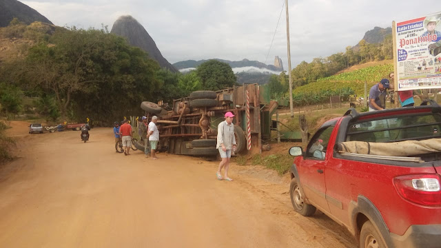 Caminhão com máquina de pilar café tomba em Afonso Cláudio