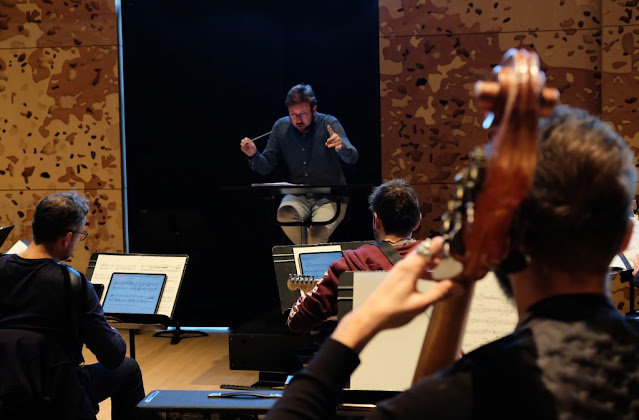 George Jackson conducting Ensemble InterContemporain