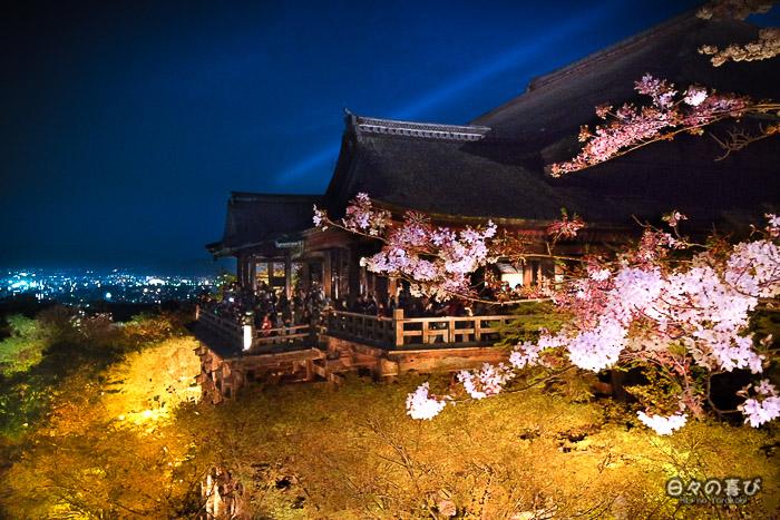 vue nocturne sur terrasse et sakura, kiyomizu-dera, kyoto