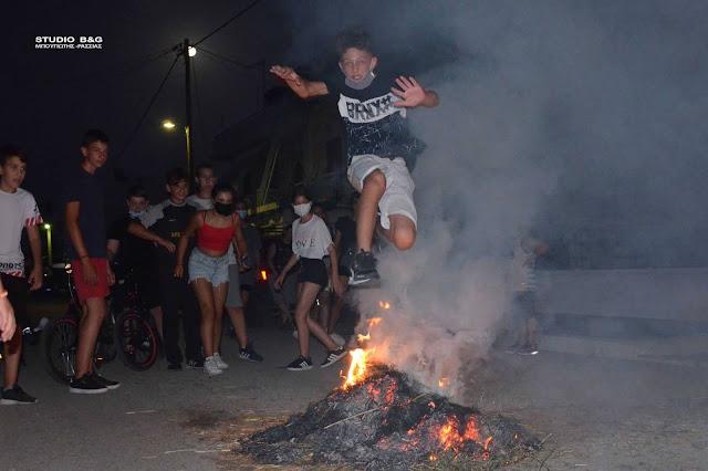 Αργολίδα: Ανάψανε φωτιές στη Νέα Κίο αναβιώνοντας το έθιμο του Κλήδονα
