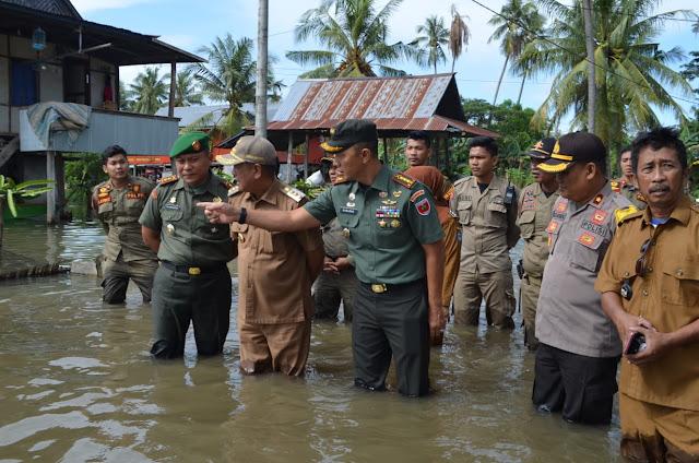 Danrem 141/Tp Bersama Bupati dan Forkopimda Soppeng Tinjau dan Serahkan Bantuan ke Korban Banjir