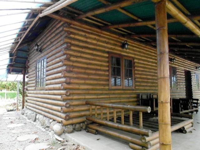 Casa construída com bambus travados nos cantos