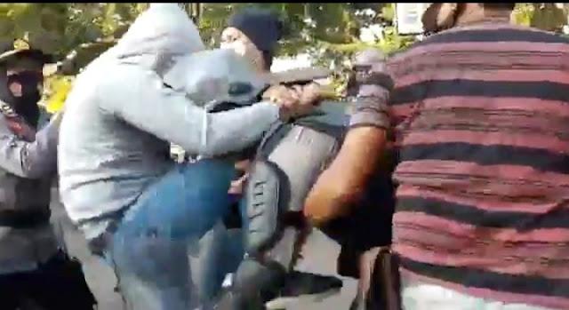 Salah Pukul, Seorang Intel 'Smackdown' Polisi Sabhara, Lihat Videonya!