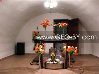 Источник со святой водой в подвале костела в Борунах