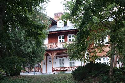 Budynek dyrekcji Roztoczańskiego Parku Narodowego w Zwierzyńcu