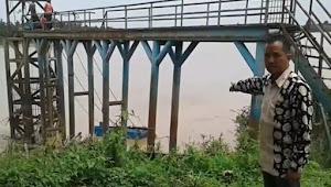 Tempat Penyedot Air PDAM Tirta Mendalo Laut Muarojambi Miring, Aliran ke 7.500 Pelanggan Terancam Terhenti