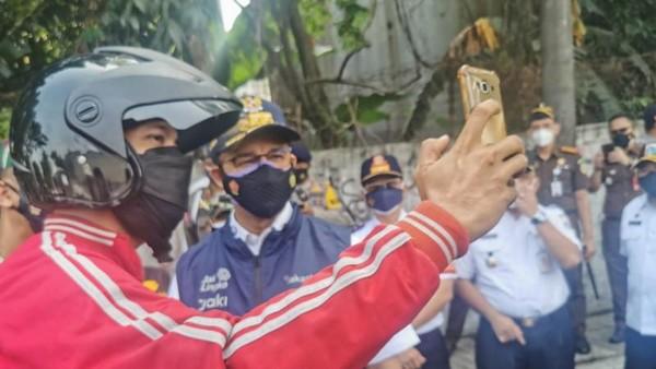 Anies Setop Pekerja di Jakbar: Telepon Bosmu, Bilang Disuruh Gubernur WFH