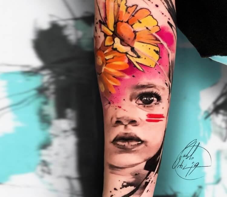 Tatuaje de una niña preciosa en la que se proyecta una margarita