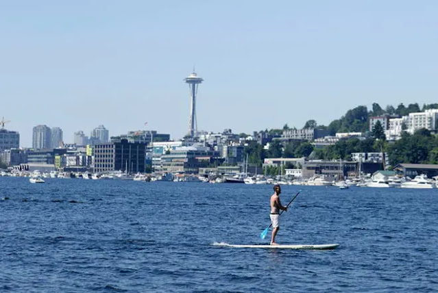 A man plays stand-up paddleboard in Seattle, USA. Photo: AP