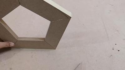 تجميع قطع خشبية مقصوصة بزاوية 36 درجة مع غراء بين الزوايا لعمل شكل خماسي