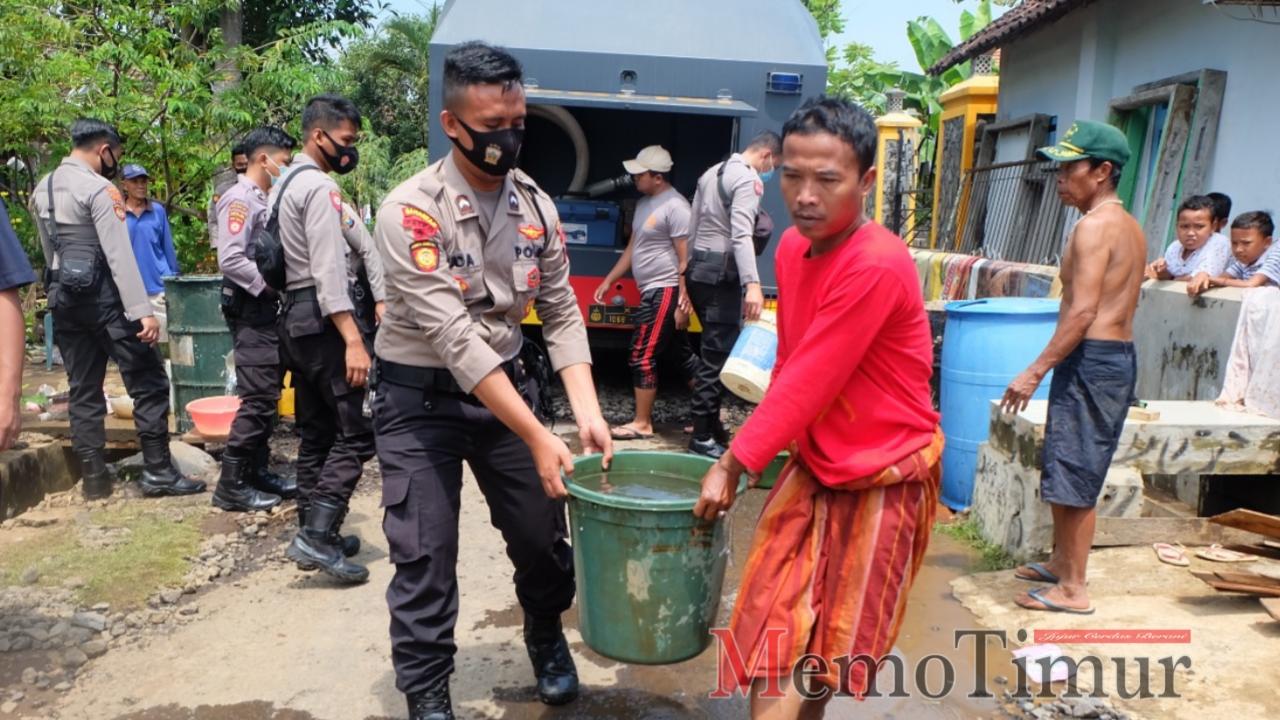 Polres Lumajang Droping Air Bersih di 2 Desa Terdampak Banjir
