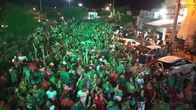 """Erasmo Carlos leva multidão às ruas no comício """"Traz mais um"""" em Grossos"""
