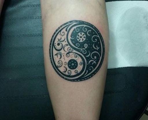 Muito intrincada, Yin Yang tatuagem no braço. Um simples, mas muito atraente tatuagem que não só parece bom, mas também tem um significado mais profundo.