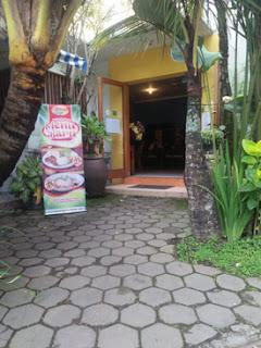 Suasan asri di Ayam Kremes Potre Koneng Madura, Jl. Dieng 2A Malang