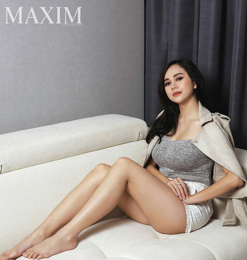 Aura Kasih pakai tanktop seksi