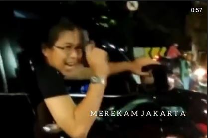 Parah! Wanita Ini Malah Acungkan Pistol Ancam Warga Usai Tabrak Motor