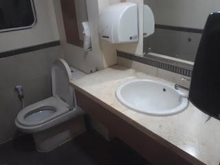 Toilet di kereta api priority