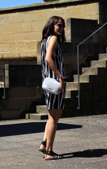Vestido rayas y bolso gris perla