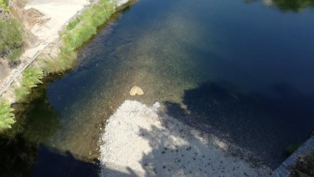 Coração feito de pedras na praia fluvial