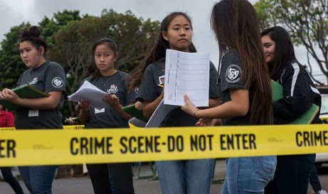 alunos investigando aula