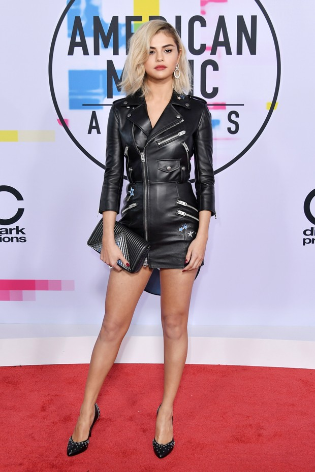 De novo visual, loiríssima, Selena Gomez escolheu um look preto de couro e justíssimo para o evento