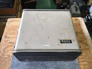 Vỏ Sony TC-357A thiết kế như một chiếc vali